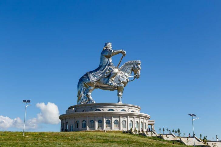 巨大なシルバーチンギスハン騎馬像